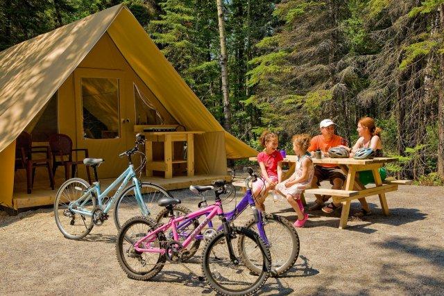 Une tente Huttopia.... (Mathieu Dupuis, Parc national de la Pointe-Taillon, SEpaq)