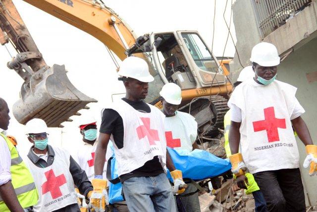 Les équipes de sauveteurs utilisaient une grue pour... (Photo: Emmanuel Arewa, AFP)