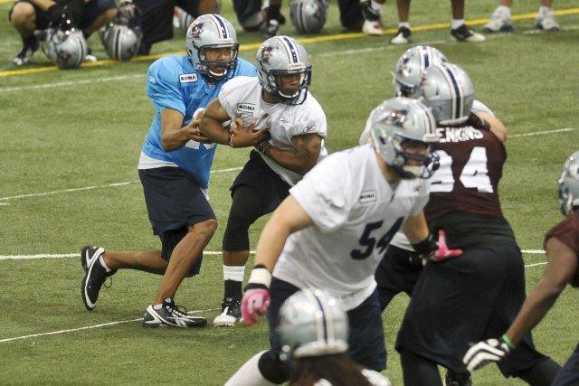 Anthony Calvillo (à gauche) et les joueurs des... (Photo: Jocelyn Riendeau, La Tribune)
