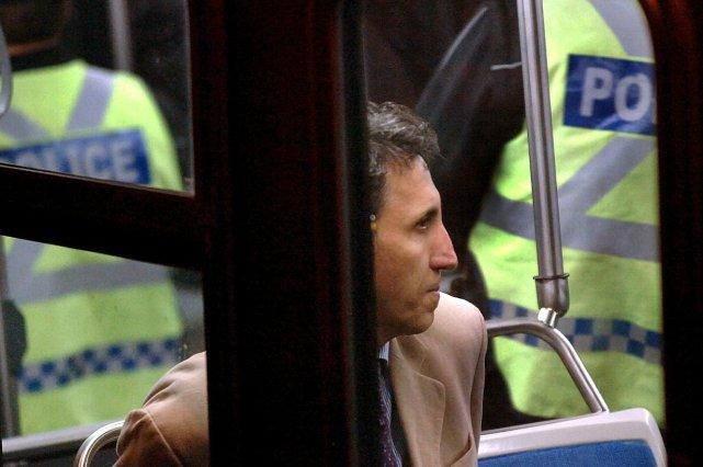 Amir Khadir a été conduit dans un autobus... (Le Soleil, Jean-Marie Villeneuve)