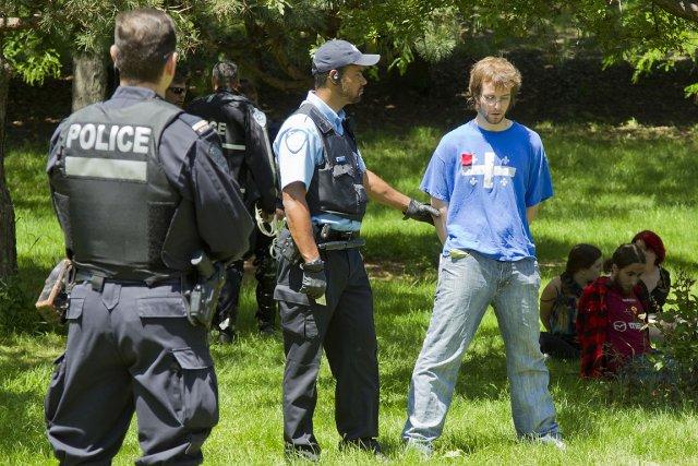 Des gens sont arrêtés de manière préventive à... (Photo: Hugo-Sébastien Aubert, La Presse)