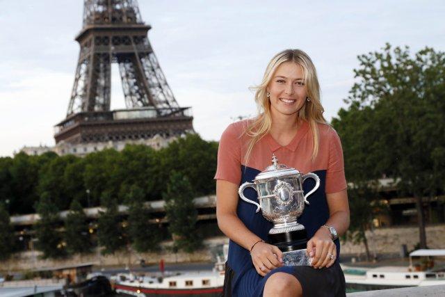 Maria Sharapova a posé pour les photographes devant... (Photo: AFP)