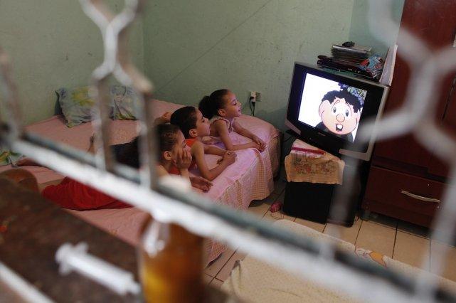 Soixante pour cent des émissions télévisuelles contiennent des... (PHOTO: ARCHIVES REUTERS)