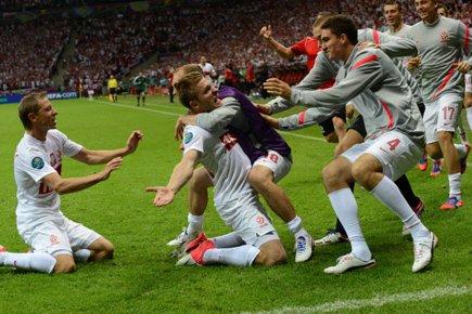 Jakub Blaszczykowski a été félicité par ses coéquipiers... (Photo: AFP)