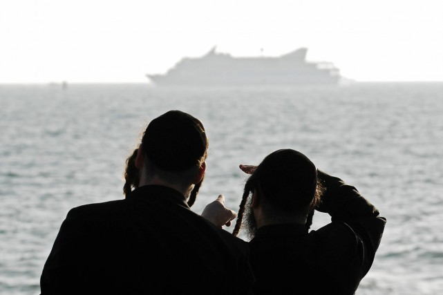 Deux juifs orthodoxes regardent le Mavi Marmara au... (PHOTO DAVID BUIMOVITCH, ARCHIVES AFP)