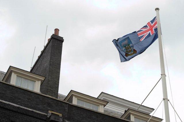 Le drapeau des Malouines hissé sur Downing Street.... (Photo AFP)