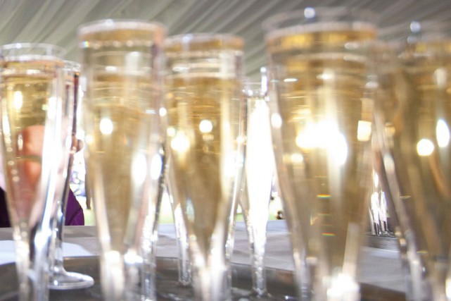 Souvent servi au dessert ou débouché à l'apéritif, le champagne s'invite de... (PHOTO ARCHIVES AFP)