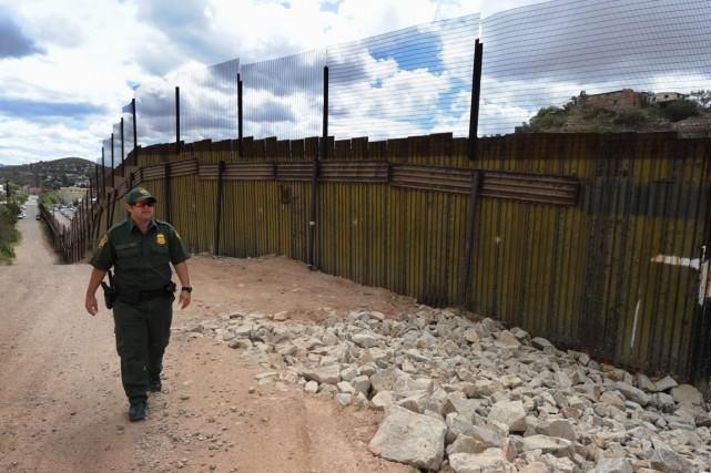 Un patrouilleur des douanes américaines surveille la frontière... (Photo archives AFP)
