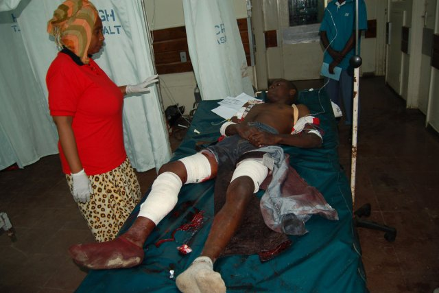 Au moins une personne est morte et plusieurs autres ont été blessées  dimanche... (Photo: Agence France-Presse)