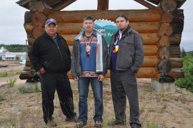 Les trois chefs Paul-Émile Ottawa, Christian Awashish et...