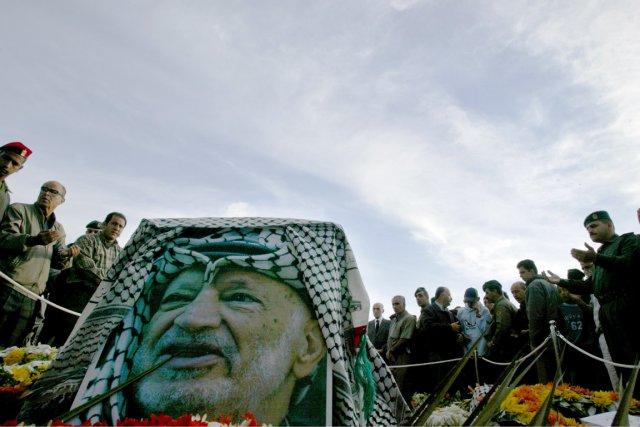 Des Palestiniens prient devant la tombe de Yasser... (Photo: Ammar Awad, Archivesd Reuters)
