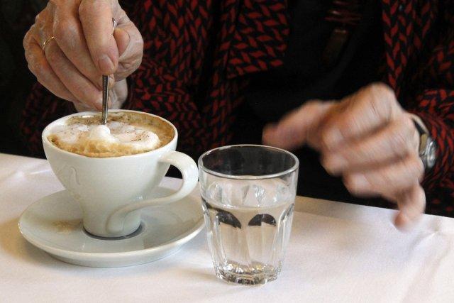 Une cliente du café Landtmann, à Vienne.... (Photo Ronald Zak, AP)