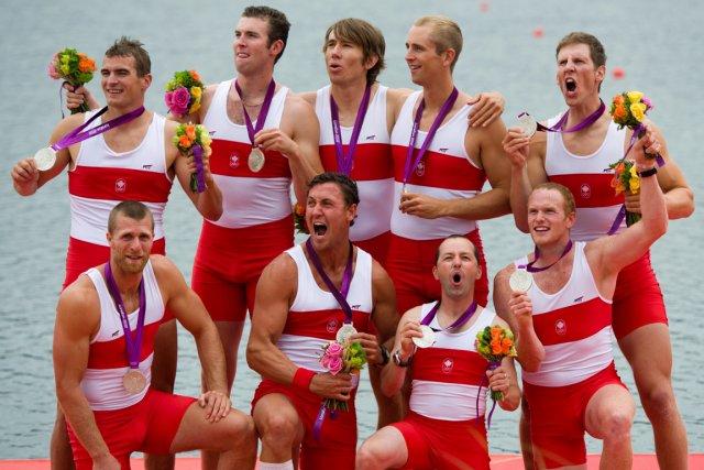 Les membres du huit de pointe canadien célèbrent... (Photo: PC)