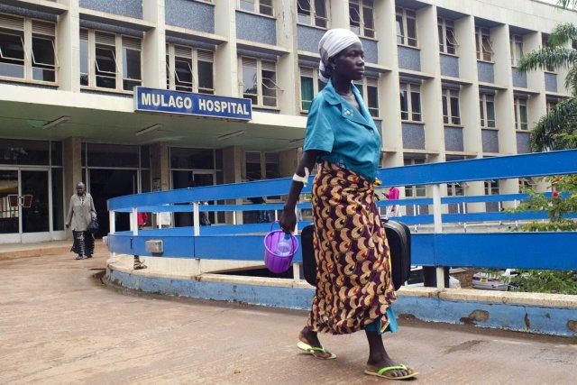 Une femme marche à proximité de l'entrée principale... (PHOTO MICHELE SIBILONI, AFP)