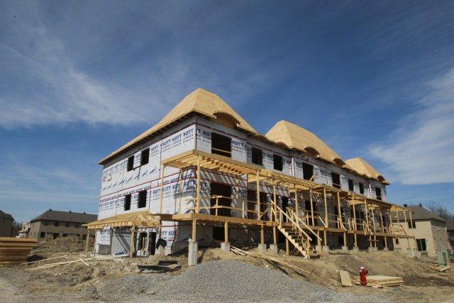Les entrepreneurs ont pris pour 6,5 milliards de dollars de permis de bâtir en... (PHOTO PATRICK WOODBURY, LE DROIT)