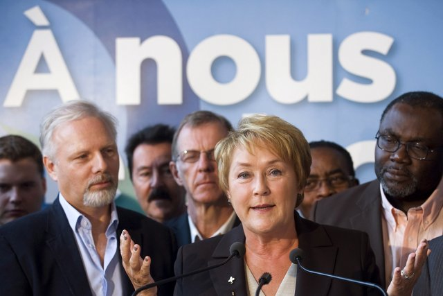Pauline Marois, accompagnée de candidats du PQ, a... (Photo: PC)