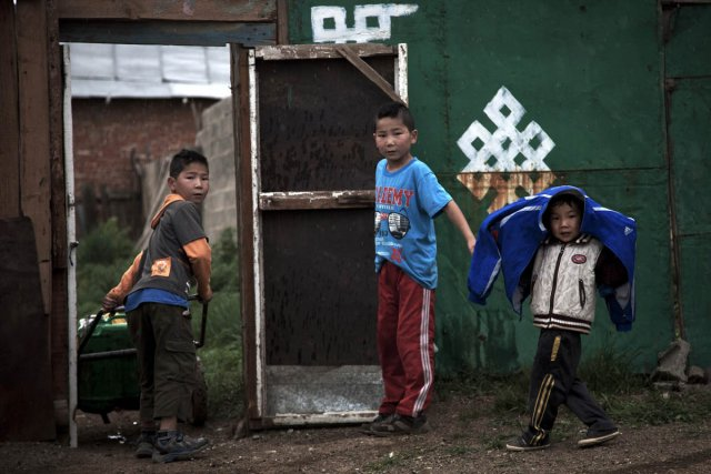 Des enfants s'amusent en Mongolie.... (Photo: Andy Wong, AP)