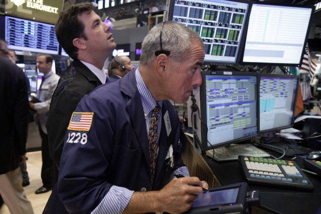 Wall Street hésitait lundi dans la matinée après la sortie d'indicateurs peu... (PHOTO RICHARD DREW, ASSOCIATED PRESS)