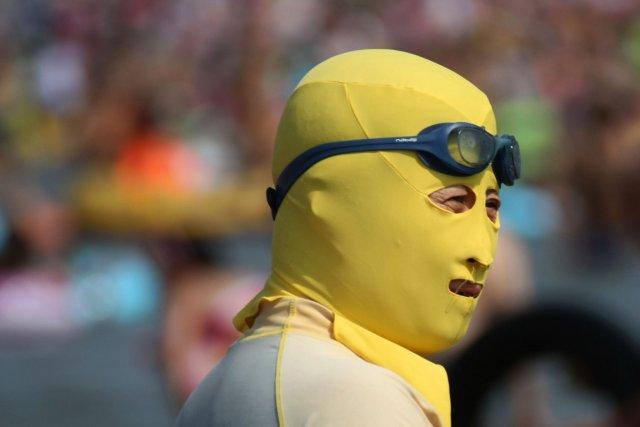 Aller à la plage et ne pas bronzer? C'est facile avec le «face-kini», une sorte... (Photo AFP)