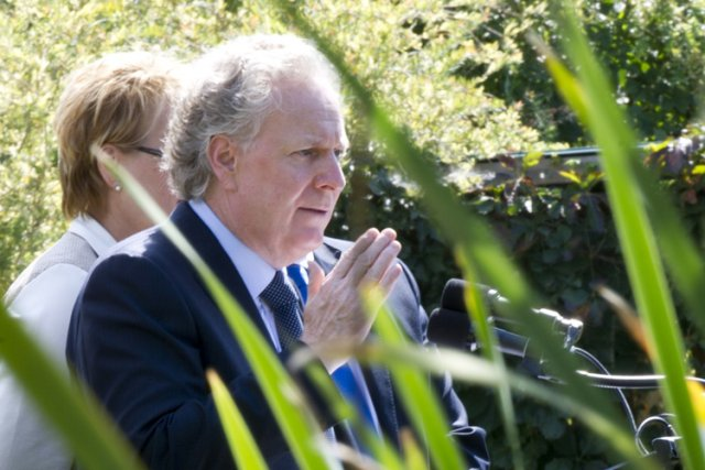 Jean Charest était en campagne aujourd'hui à Saint... (Photo: PC)
