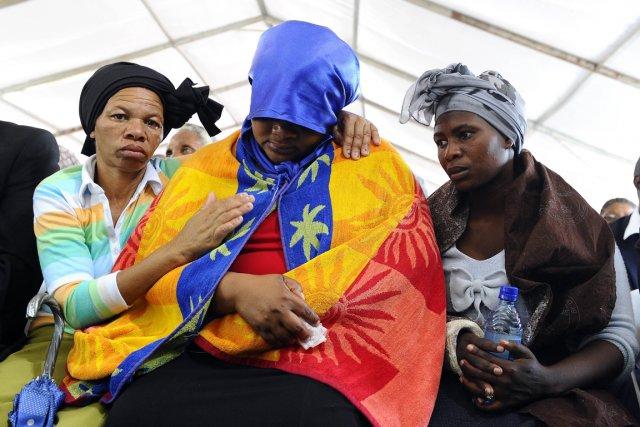 L'Afrique du Sud a rendu un vibrant hommage jeudi, au son de chants religieux,... (PHOTO STEPHANE DE SAKUTIN, AFP)