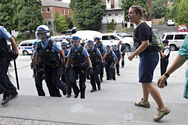 La présence de manifestants a forcé l'intervention des... (Photo: Patrick Sanfaçon, La Presse)