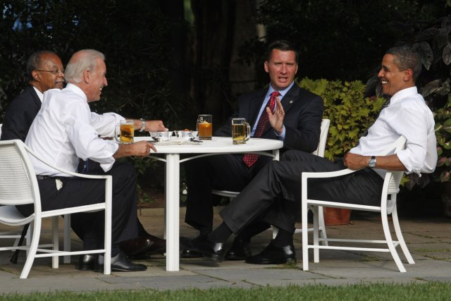 Barack Obama prend une bière dans les jardins... (Photo: Reuters)