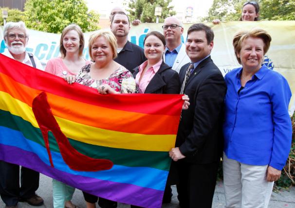 Le drapeau multicolore de la communauté des gais,... (Photo Le Soleil, Yan Doublet)