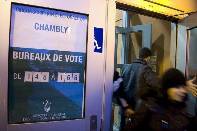 Des citoyens votent lors des élections provinciales de... (Photo: Marco Campanozzi, archives La Presse)
