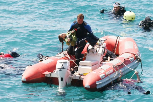 Un plongeur porte dans ses bras une jeune... (PHOTO IHLAS NEWS AGENCY /AFP)
