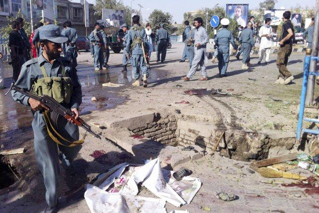 Des policiers afghans inspectent la scène de l'attaque-suicide... (PHOTO REUTERS)