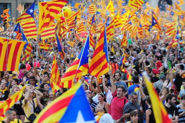 Drapés dans des bannières indépendantistes ou bonnets rouges... (PHOTO LLUIS GENE, AFP)
