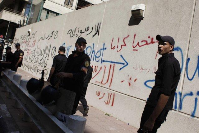 Des soldats égyptiens ont monté la garde devant... (Photo: AP)