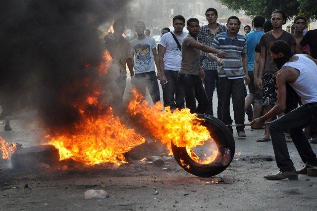 Manifestation violente devant l'ambassade des États-Unis au Caire.... (Photo AP)