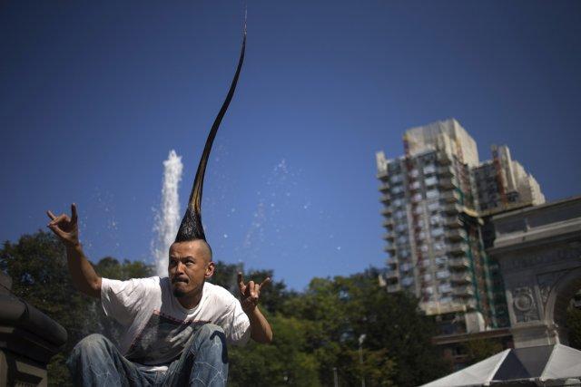 Kazuhiro Watanabe a présenté sa coiffure dans un... (Photo: Reuters)
