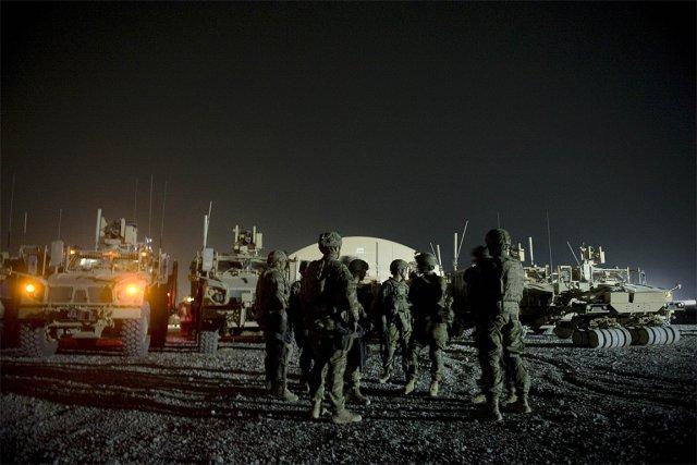 Des soldats de l'OTAN se préparent à aller... (Photo: AFP)