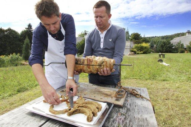 Le chef polonais Modest Amaro prépare un sekacz... (photos Bob Noto, collaboration spéciale)