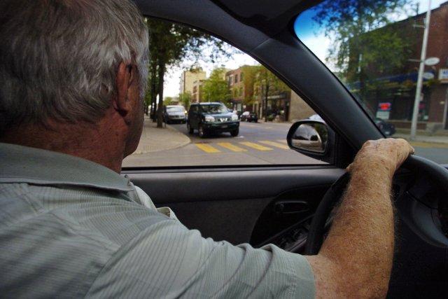 Plusieurs personnes plus ou moins âgées suivent le... (Photo : André Tremblay, archives La Presse)