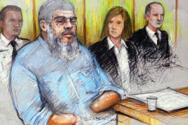 L'ex-imam radical Abou Hamza devant, lors de son... (ILLUSTRATION ELIZABETH COOK, AP)