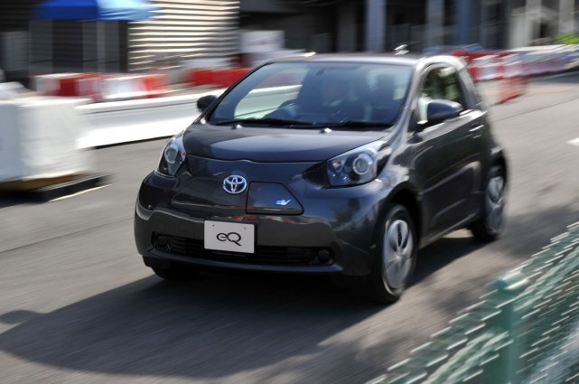 Toyota a dévoilé lundi sa nouvelle voiture électrique,... (Photo AFP)