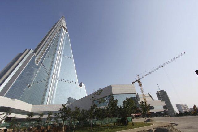 L'extérieur du bâtiment de 105 étages est maintenant... (PHOTO AP)