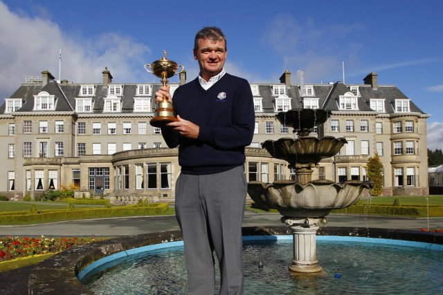Paul Lawrie pose avec la Coupe Ryder à... (Photo: Reuters)
