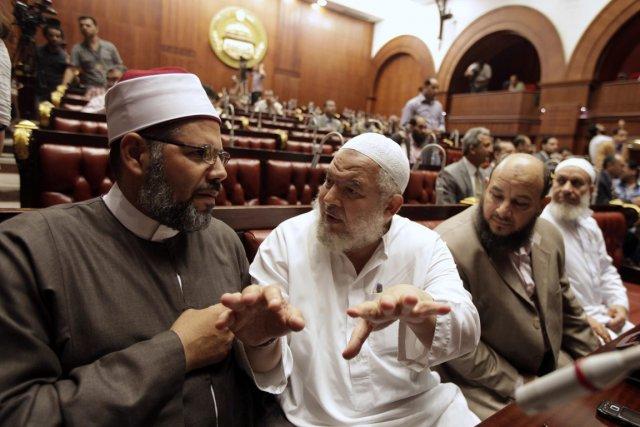 Membres de la commission chargée de rédiger la... (PHOTO MOHAMED ABD EL GHANY, REUTERS)