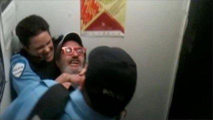 Le cas de la désormais célèbre policière portant... (Photo tirée de YouTube)