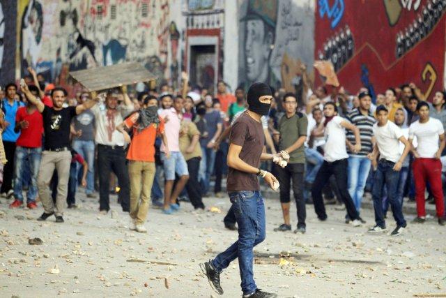 Les manifestants des deux camps se sont jeté... (PHOTO  MOHAMED ABD EL GHANY, REUTERS)