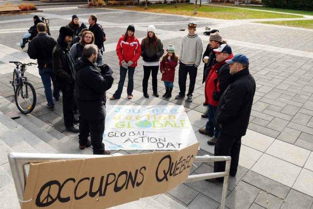Une vingtaine d'indignés souhaitent relancer le mouvement.... (Le Soleil, Andréanne Lemire)