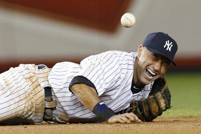 Derek Jeter s'est fracturé la cheville en tentant... (Photo : Mike Segar, Reuters)