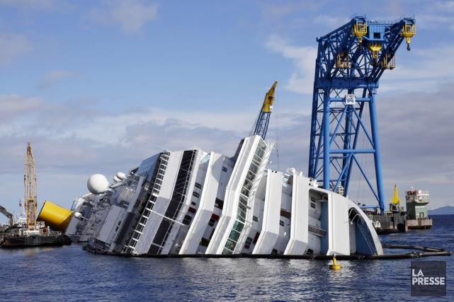 L'épave du Costa Concordia gît toujours sur le... (PHOTO)