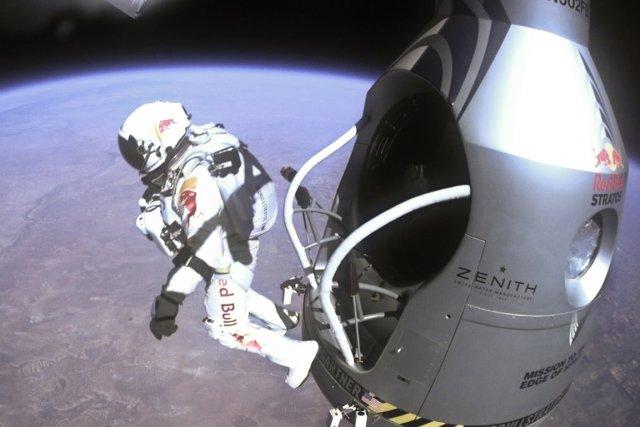 Le saut record de l'aventurier autrichien Felix Baumgartner... (Photo AP)
