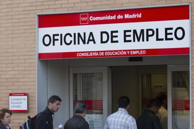 Le nombre de personnes inscrites au chômage en Espagne a très légèrement baissé... (Photo Associated Press)